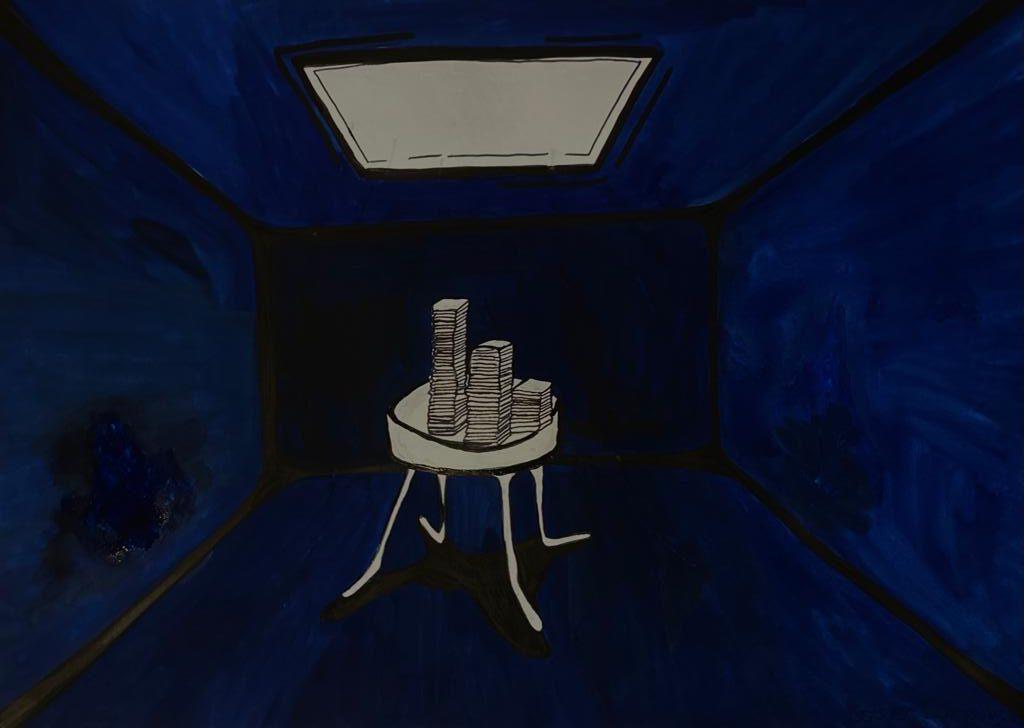 Das Licht im Raum fällt auf einen Tisch voller Lehrbücher und Hausaufgaben